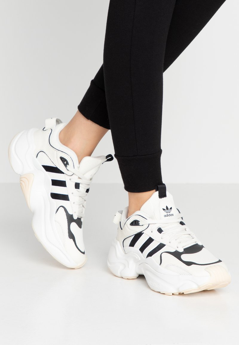 adidas Originals - MAGMUR RUNNER - Trainers - offwhite/cloud white/crystal white