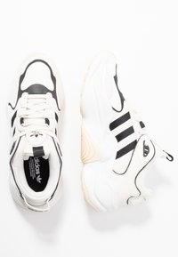 adidas Originals - MAGMUR RUNNER - Joggesko - offwhite/cloud white/crystal white - 3