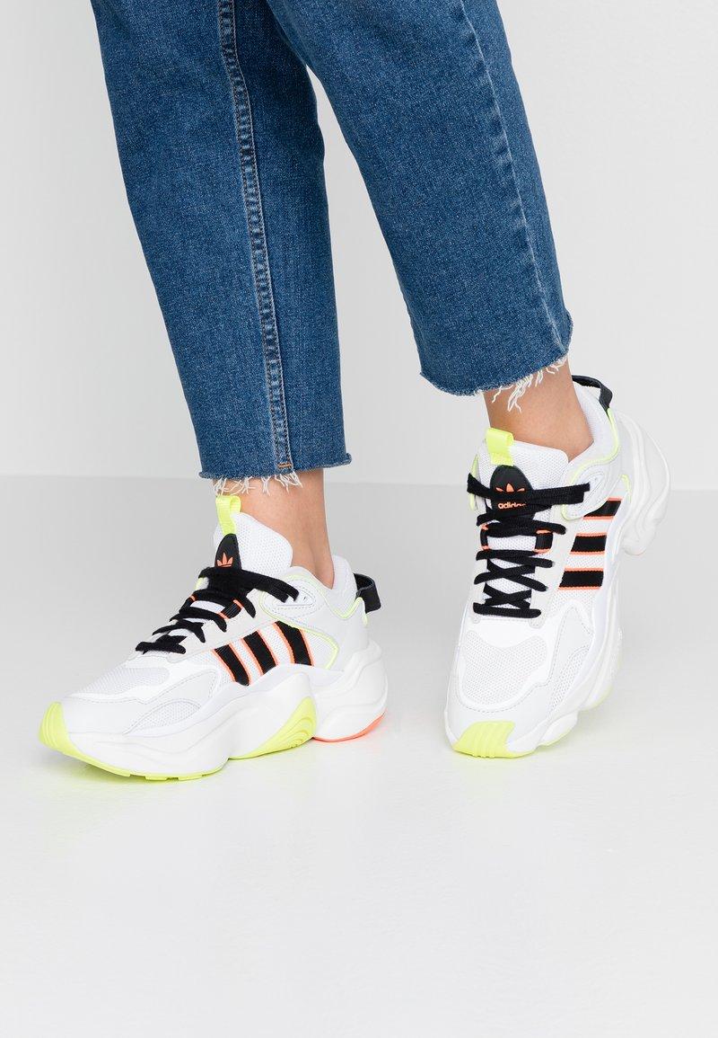 adidas Originals - MAGMUR RUNNER - Sneakers laag - crystal white/core black/footwear white