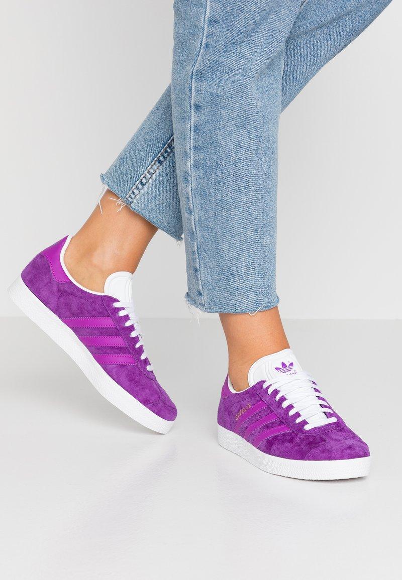 adidas Originals - GAZELLE - Sneakers laag - active purple/shock purple/footwear white