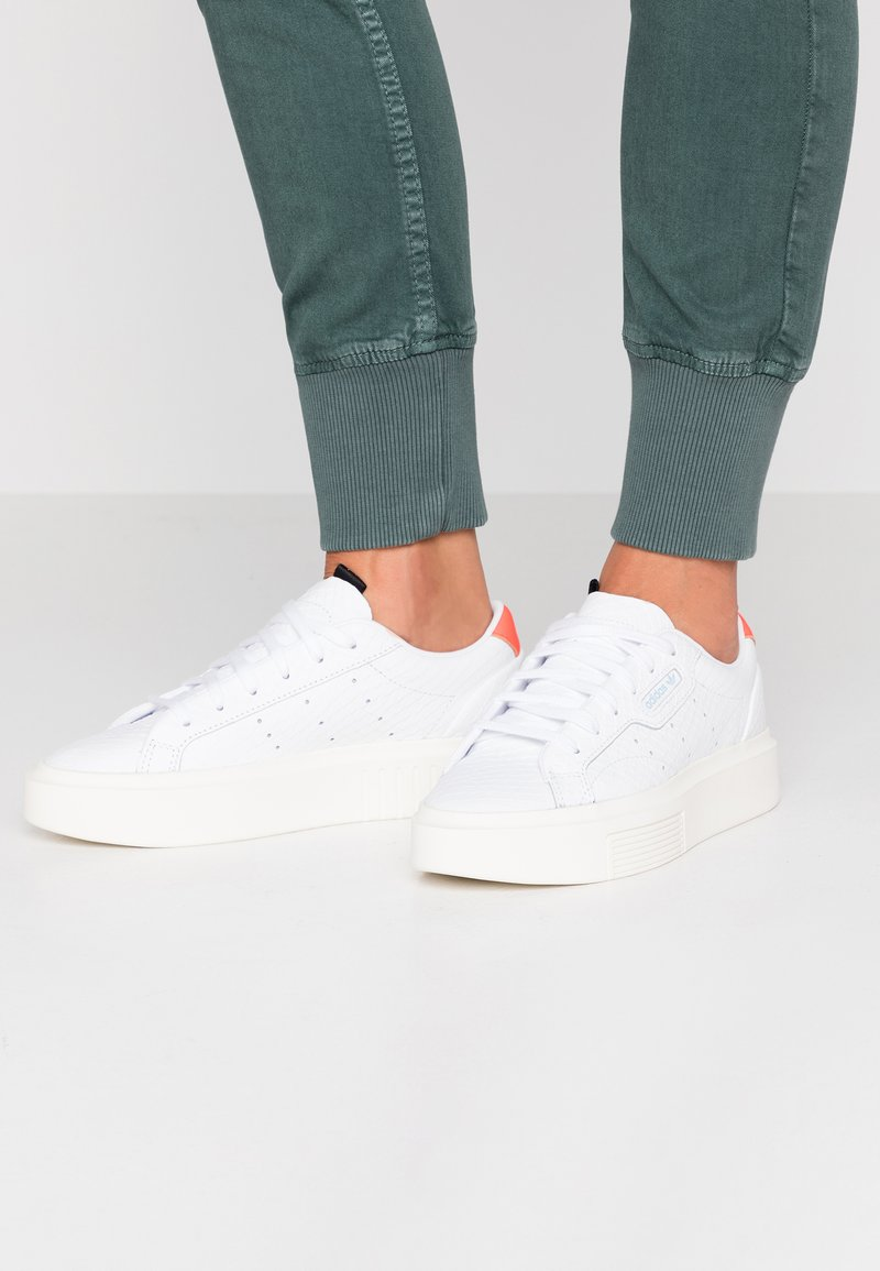 adidas Originals - SLEEK SUPER - Sneakers laag - footwear white/solar red