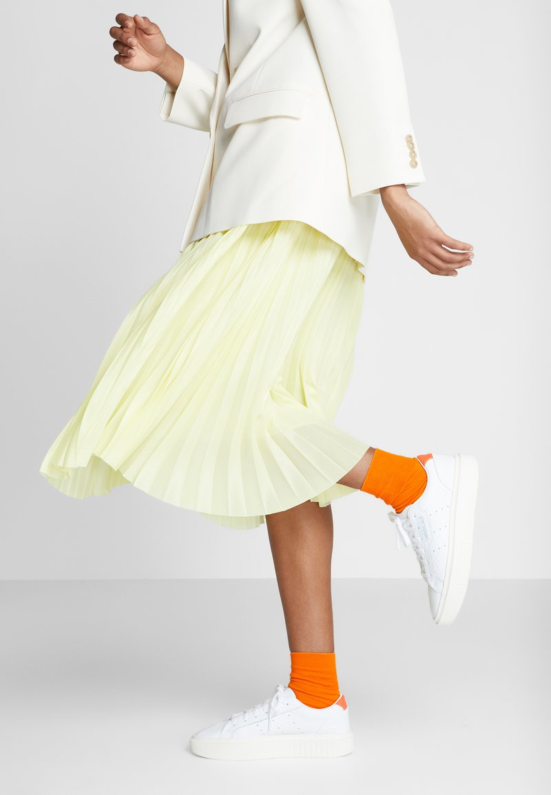 adidas Originals - SLEEK SUPER - Sneakersy niskie - footwear white/solar red