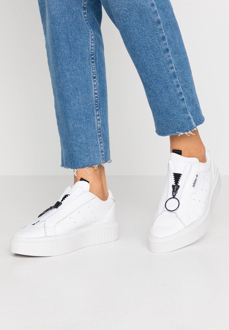adidas Originals - SLEEK SUPER - Sneakersy niskie - footwear white/core black