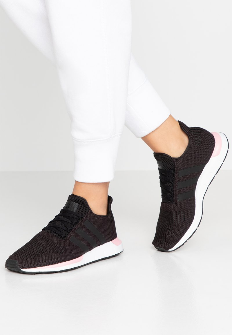 adidas Originals - SWIFT RUN  - Sneakersy niskie - core black/true pink