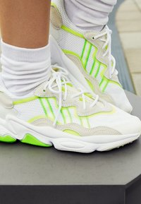 adidas Originals - OZWEEGO ADIPRENE+ RUNNINIG-STYLE SHOES - Sneakers basse - footwear white/super yellow/super green - 4
