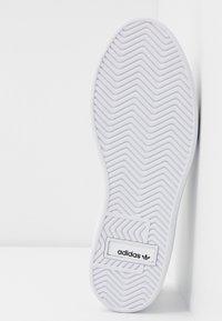 adidas Originals - SLEEK  - Sneakersy niskie - footwear white/crystal white/core black - 6