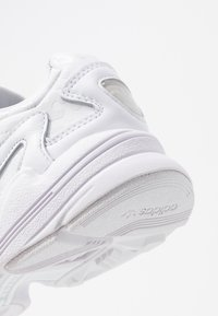 adidas Originals - FALCON TORSION SYSTEM RUNNING-STYLE SHOES - Joggesko - footwear white/crystal white/core black - 2
