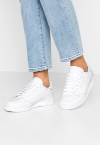 adidas Originals - CONTINENTAL 80 SKATEBOARD SHOES - Sneakers laag - footwear white/crystal white/core black - 0