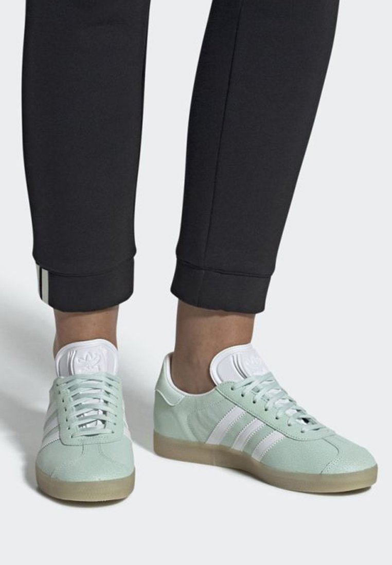 adidas Originals - GAZELLE SHOES - Baskets basses - green/white