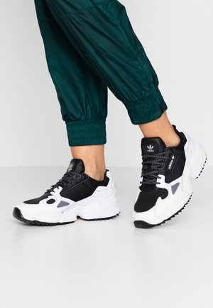FALCON TRAIL - Sneakers laag - core black/footwear white