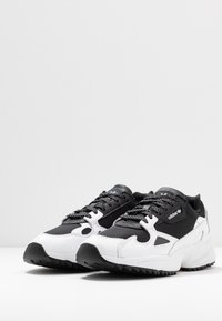 adidas Originals - FALCON TRAIL - Tenisky - core black/footwear white - 7