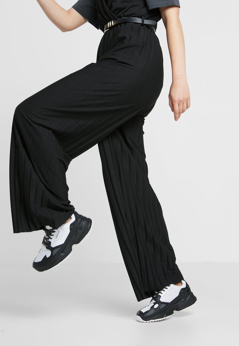 adidas Originals - FALCON TRAIL - Sneakers basse - footwear white/clear black/night metallic