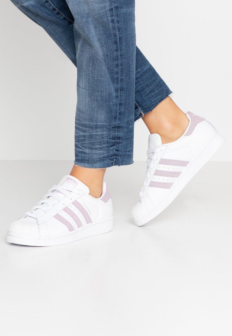 adidas Originals - SUPERSTAR - Matalavartiset tennarit - footwear white/soft visioin/core black