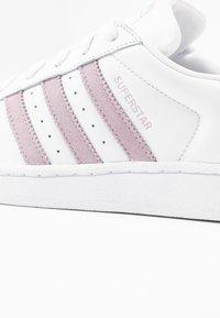 adidas Originals - SUPERSTAR - Matalavartiset tennarit - footwear white/soft visioin/core black - 2