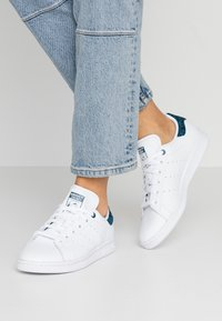 adidas Originals - STAN SMITH  - Sneakersy niskie - footwear white/tech mint/core black - 0