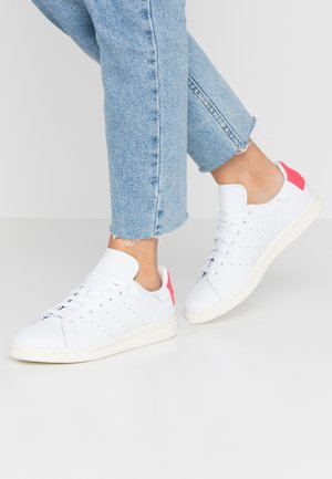 STAN SMITH HEEL PATCH SHOES - Baskets basses - footwear white/shock red