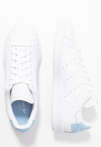 adidas Originals - STAN SMITH HEEL PATCH SHOES - Joggesko - footwear white/glow blue - 3