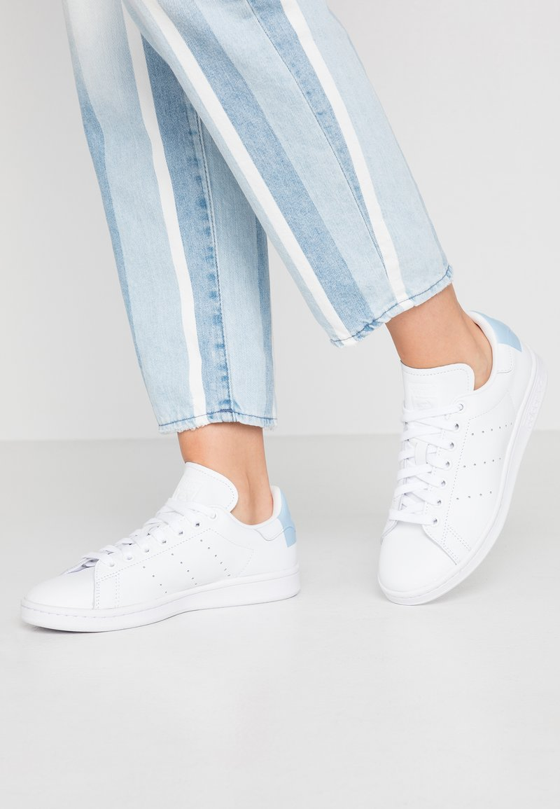adidas Originals - STAN SMITH HEEL PATCH SHOES - Joggesko - footwear white/glow blue