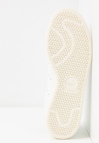 adidas Originals - STAN SMITH  - Sneaker low - footwear white/glow green/offwhite - 6