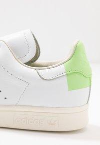 adidas Originals - STAN SMITH  - Tenisky - footwear white/glow green/offwhite - 2