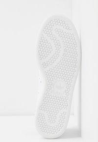 adidas Originals - STAN SMITH  - Tenisky - footwear white/soft vision/offwhite - 6
