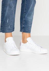 adidas Originals - STAN SMITH  - Tenisky - footwear white/soft vision/offwhite - 0