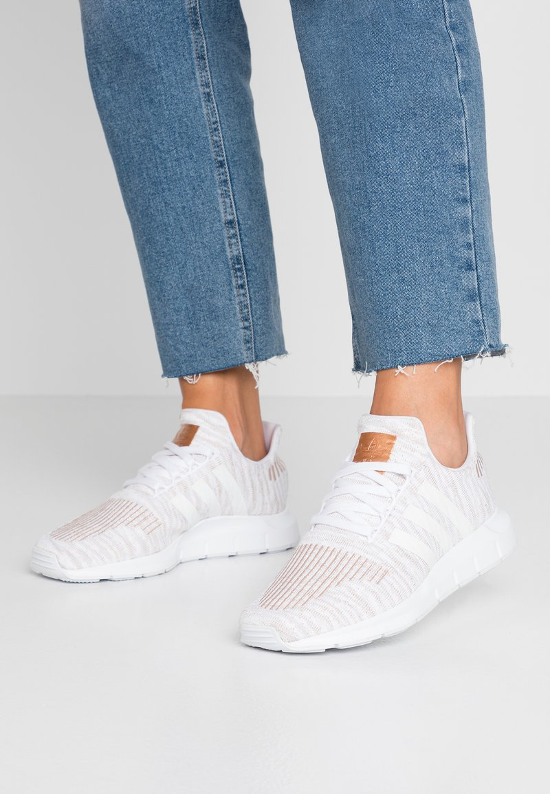 adidas Originals - SWIFT RUN  - Sneaker low - footwear white/copper metallic