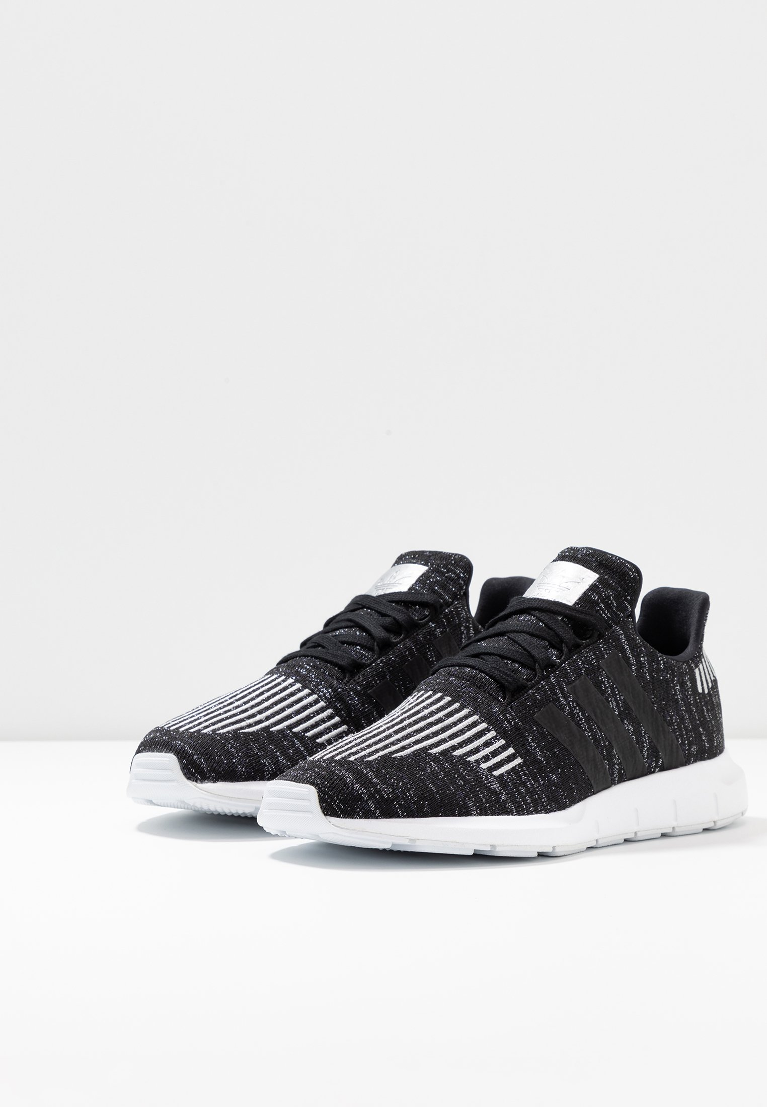White Adidas Black footwear Basses Swift RunBaskets silver Core Originals Metallic kZiTOuwPXl