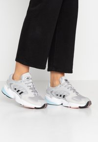 adidas Originals - FALCON 2000 - Baskets basses - grey two/core black/pink spice - 0