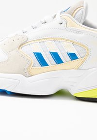 adidas Originals - FALCON 2000 - Sneakersy niskie - offwhite/blue bird/footwear white