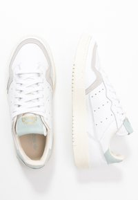 adidas Originals - SUPERCOURT  - Zapatillas - footwear white/vapour green/ecru tint - 3