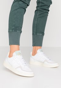 adidas Originals - SUPERCOURT  - Zapatillas - footwear white/vapour green/ecru tint - 0