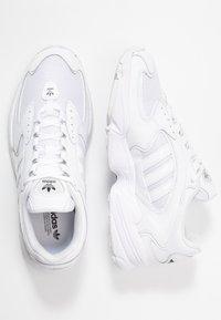 adidas Originals - FALCON 2000  - Sneakers laag - clear black/footwear white - 5