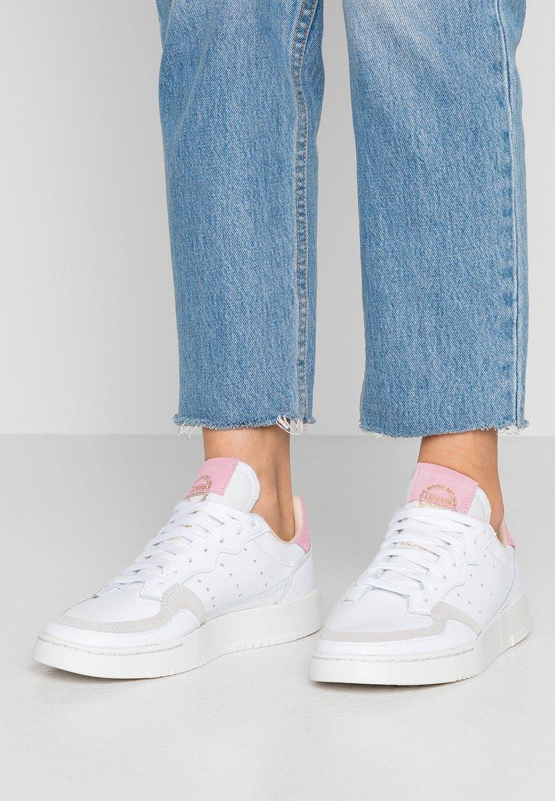 adidas Originals - SUPERCOURT - Sneakers basse - footwear white/true pink