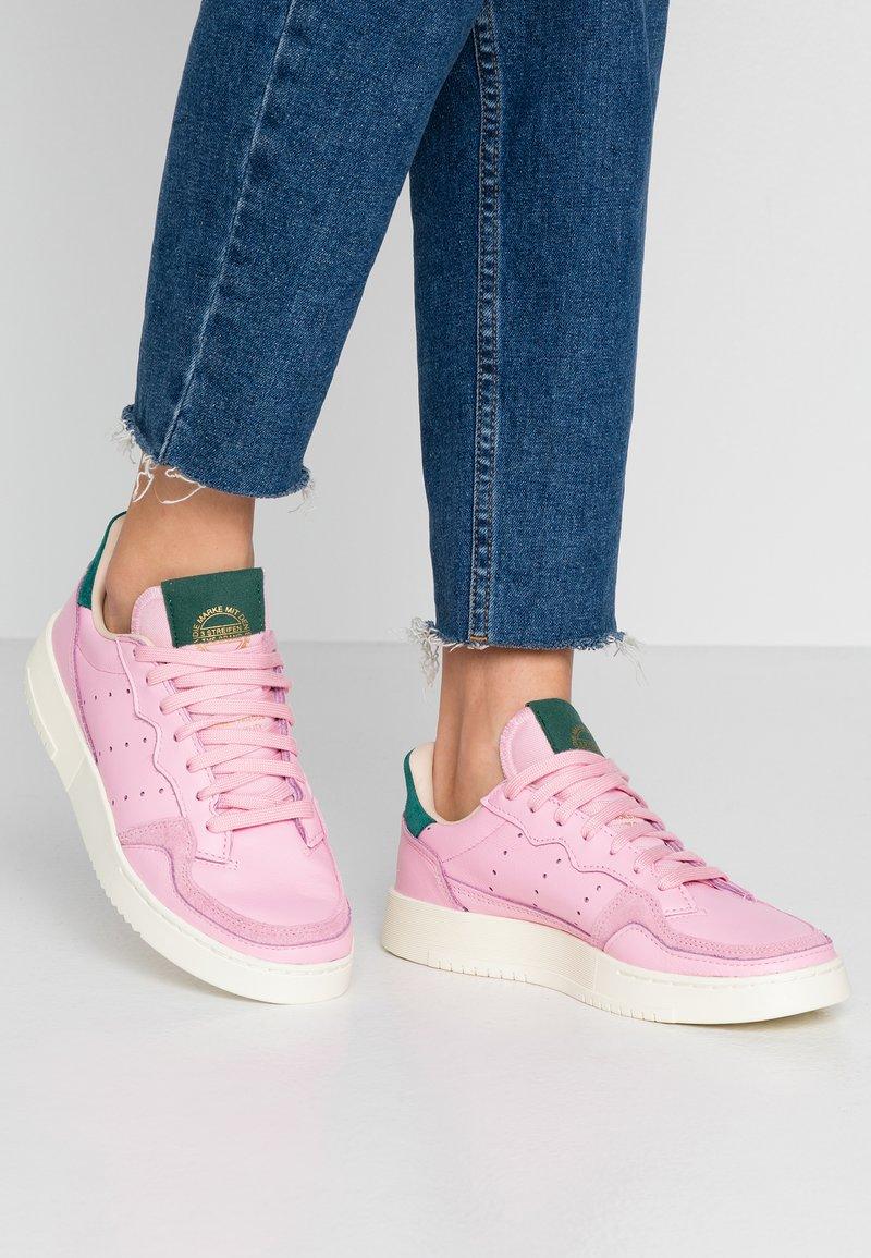 adidas Originals - SUPERCOURT - Sneaker low - true pink/collegiate green