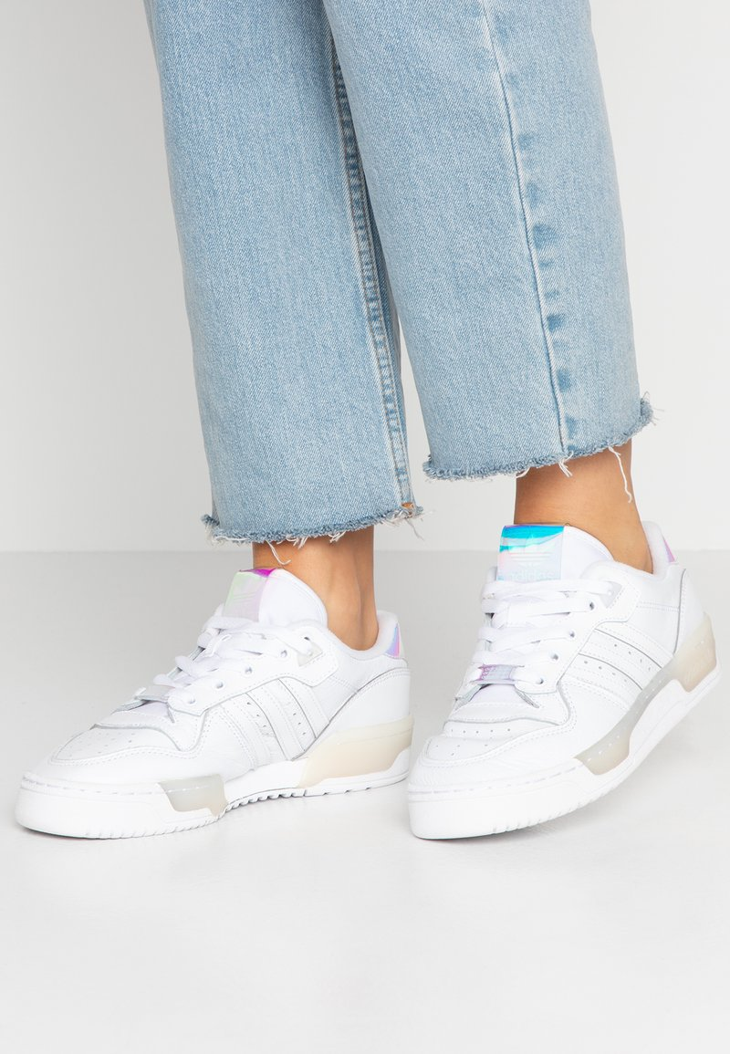adidas Originals - RIVALRY BASKETBALL-STYLE SHOES - Sneaker low - footwear white/core black