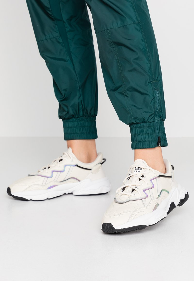 adidas Originals - OZWEEGO - Sneakers laag - clear white/ash silver/clear black