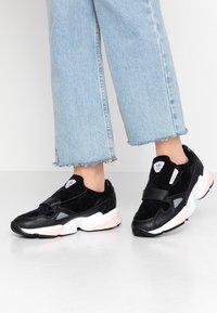 adidas Originals - FALCON RX - Sneakersy niskie - core black/glow pink/grey three - 0