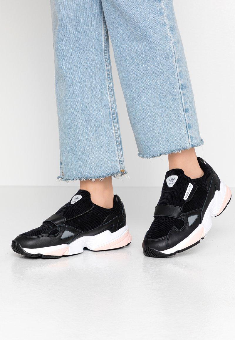 adidas Originals - FALCON RX - Sneakers laag - core black/glow pink/grey three