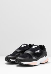 adidas Originals - FALCON RX - Sneakersy niskie - core black/glow pink/grey three - 4