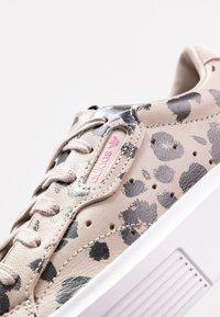 adidas Originals - SLEEK SUPER  - Sneakers laag - super color/crystal white/core black - 2