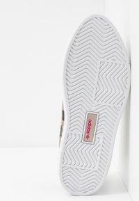 adidas Originals - SLEEK SUPER  - Sneakers laag - super color/crystal white/core black - 6