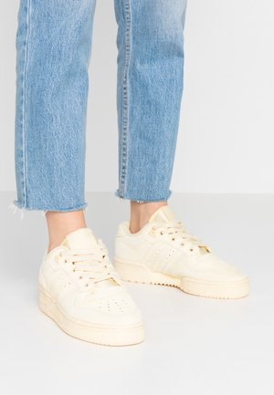RIVALRY  - Sneakers laag - easy yellow/footwear white