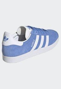 adidas Originals - GAZELLE SHOES - Baskets basses - blue - 4