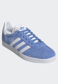 adidas Originals - GAZELLE SHOES - Baskets basses - blue - 3