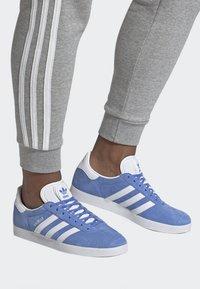 adidas Originals - GAZELLE SHOES - Baskets basses - blue - 0