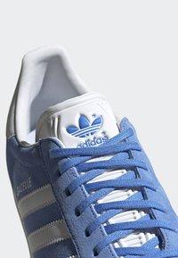 adidas Originals - GAZELLE SHOES - Baskets basses - blue - 7