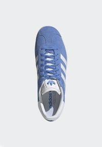 adidas Originals - GAZELLE SHOES - Baskets basses - blue - 2