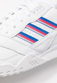 adidas Originals - TRAINER  - Sneakersy niskie - footwear white/glow blu/shock red - 2