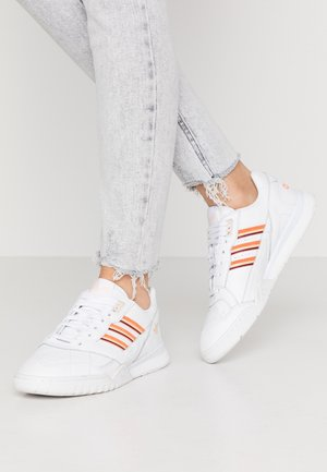 A.R. TRAINER - Baskets basses - footwear white/amber tint/glow orange